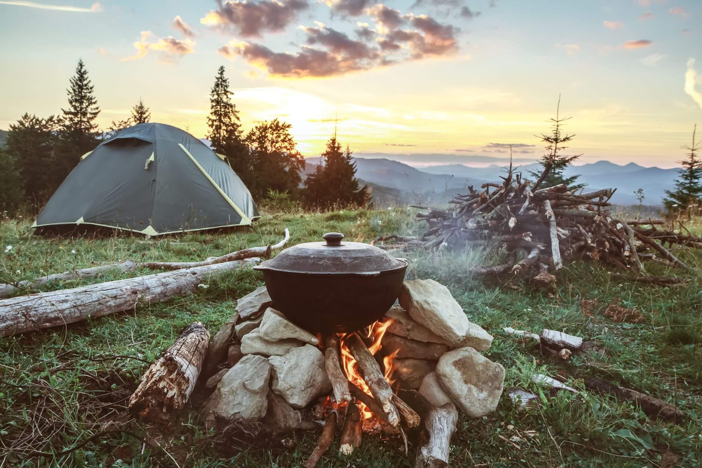 Zelt, Feuer und Kochen unter freiem Himmel