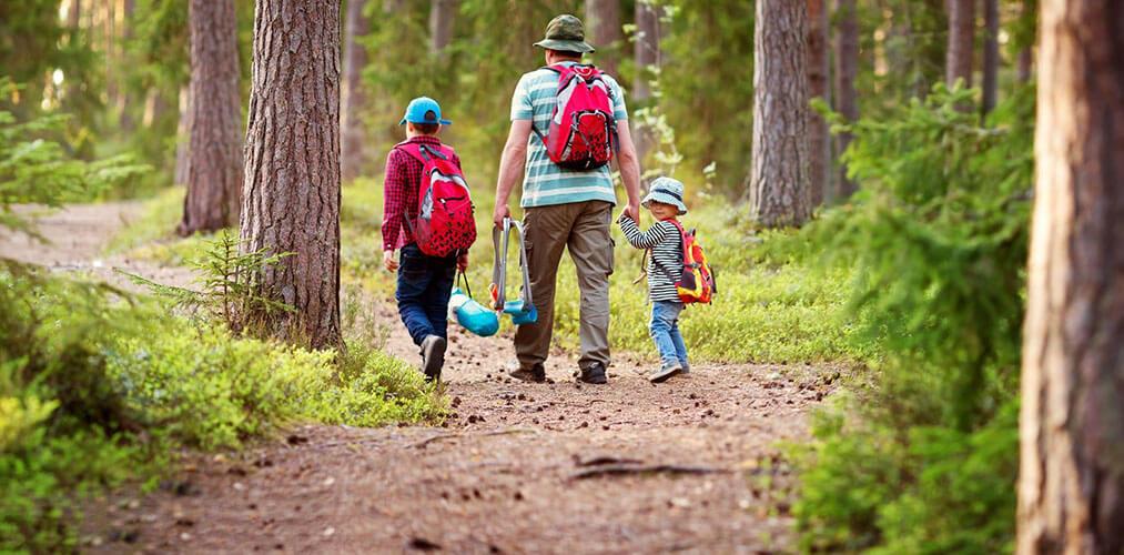 Familie mit zwei Jungen im Wald