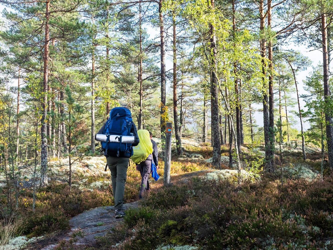 Wanderer auf der Trekkingtour auf dem Sörmlandsleden in Schweden