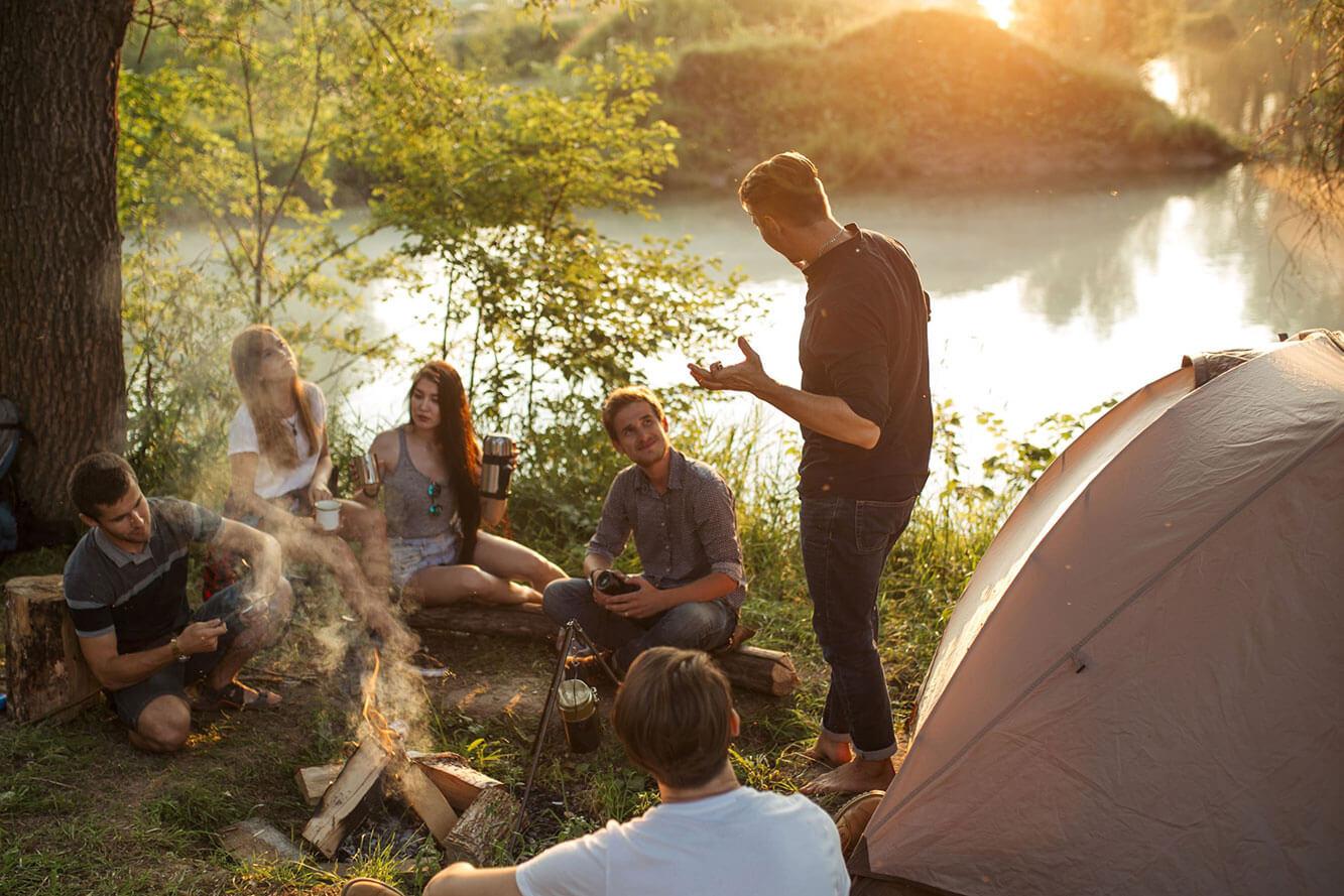 private Feier draußen mit Lagerfeuer