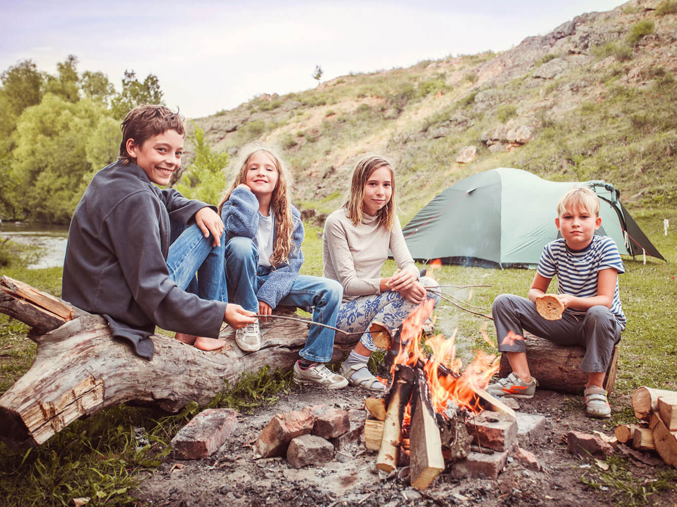 Kinder im Familiencamp am Lagerfeuer