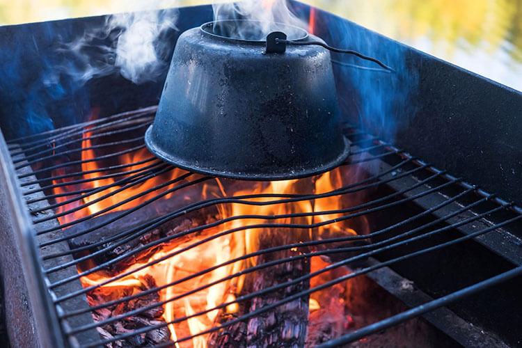 Teekessel auf Grillstelle am Lager des Fernwanderwegs Sörmlandsleden
