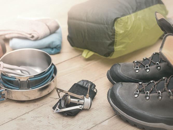 Trekking Ausruestung mit Wanderschuhen, Kocherset, Packtaschen