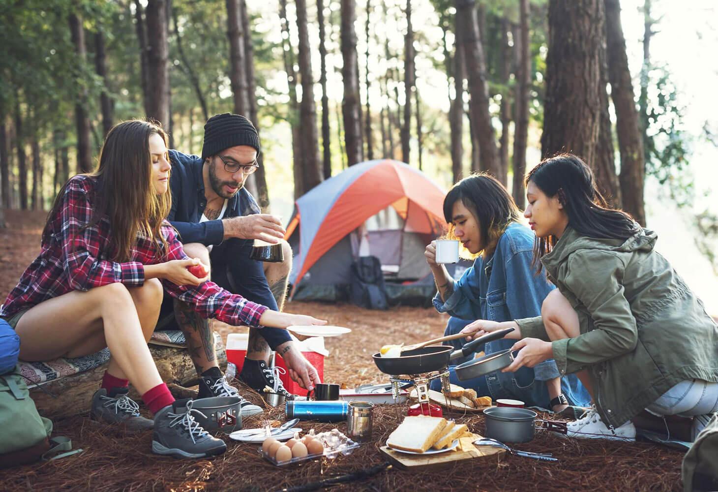Gruppe bereitet Essen beim Trekken zu
