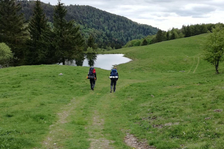 Auf Trekkingtour in den Vogesen mit Rucksack am See