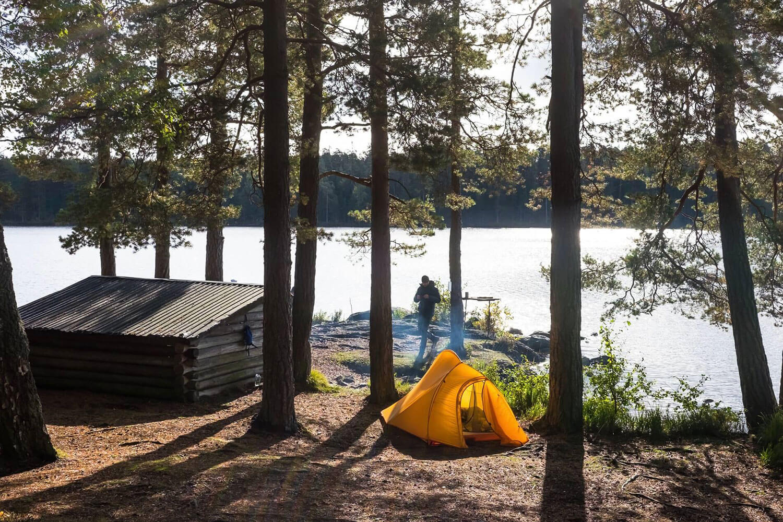 Trekkingcamp am See in Schweden