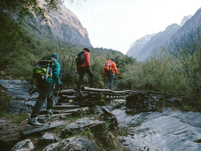 Wanderer beim Trekkingkurs auf einer Brücke