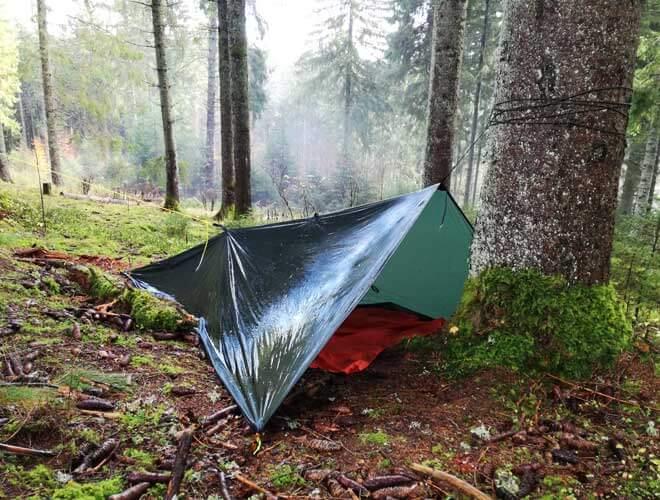 draußen übernachten im tarp