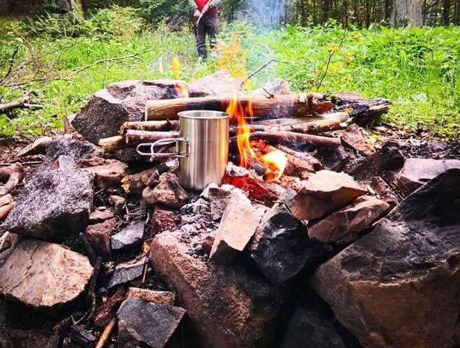 Heißer Tee am Lagerfeuer