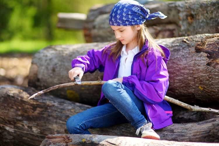 Kind beim üben von Wildnistechniken