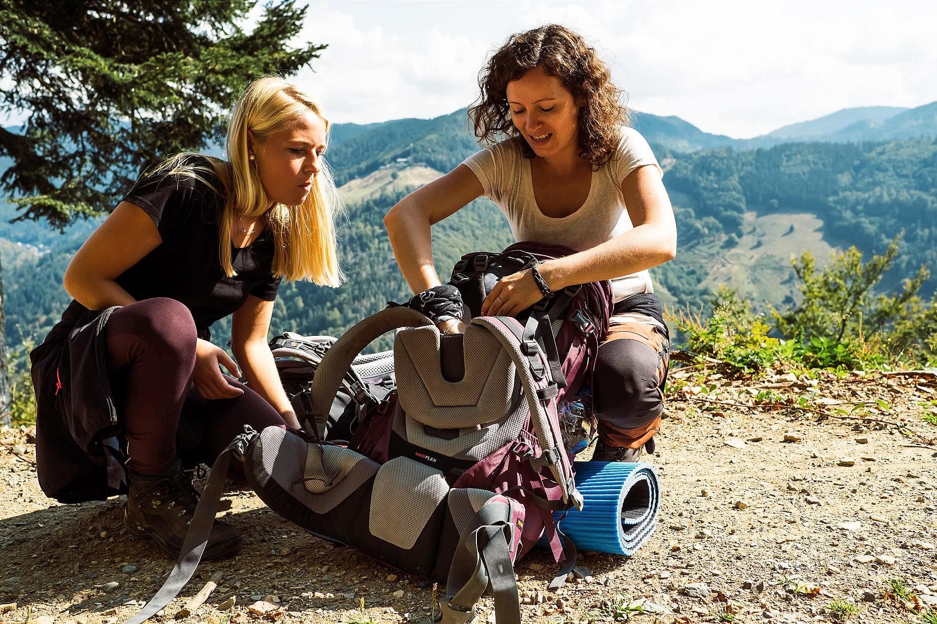 Anleitung über Rucksackeinstellungen beim Trekkingkurs