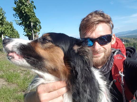 Outdoorguide Julian mit Hund Rumo beim Trekking
