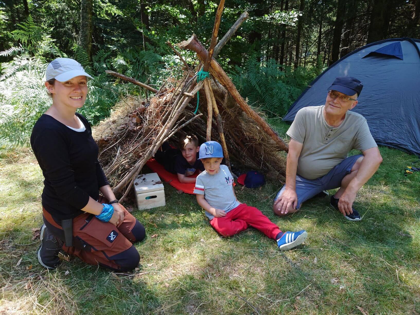 Laubhüttenbau bei Familien Abenteuer im Schwarzwald