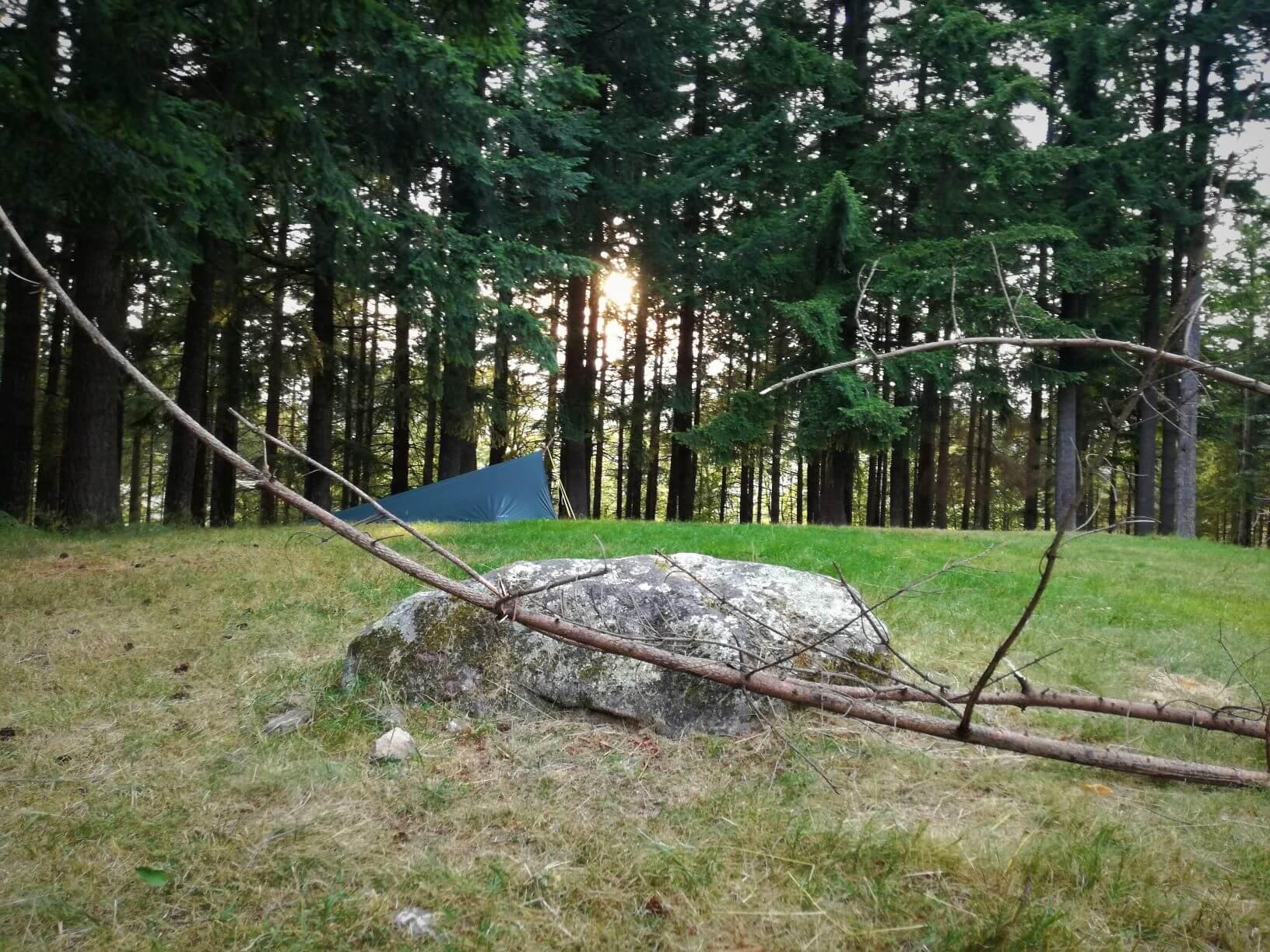 Übernachtung im Tarp im Wald mit Familie