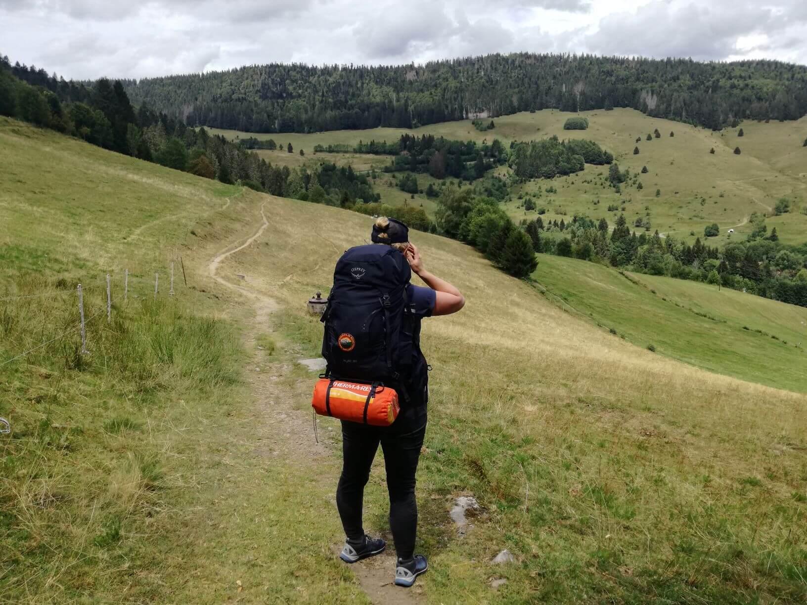 Trekkingkurs Teilnehmer genießt Aussicht im Südschwarzwald