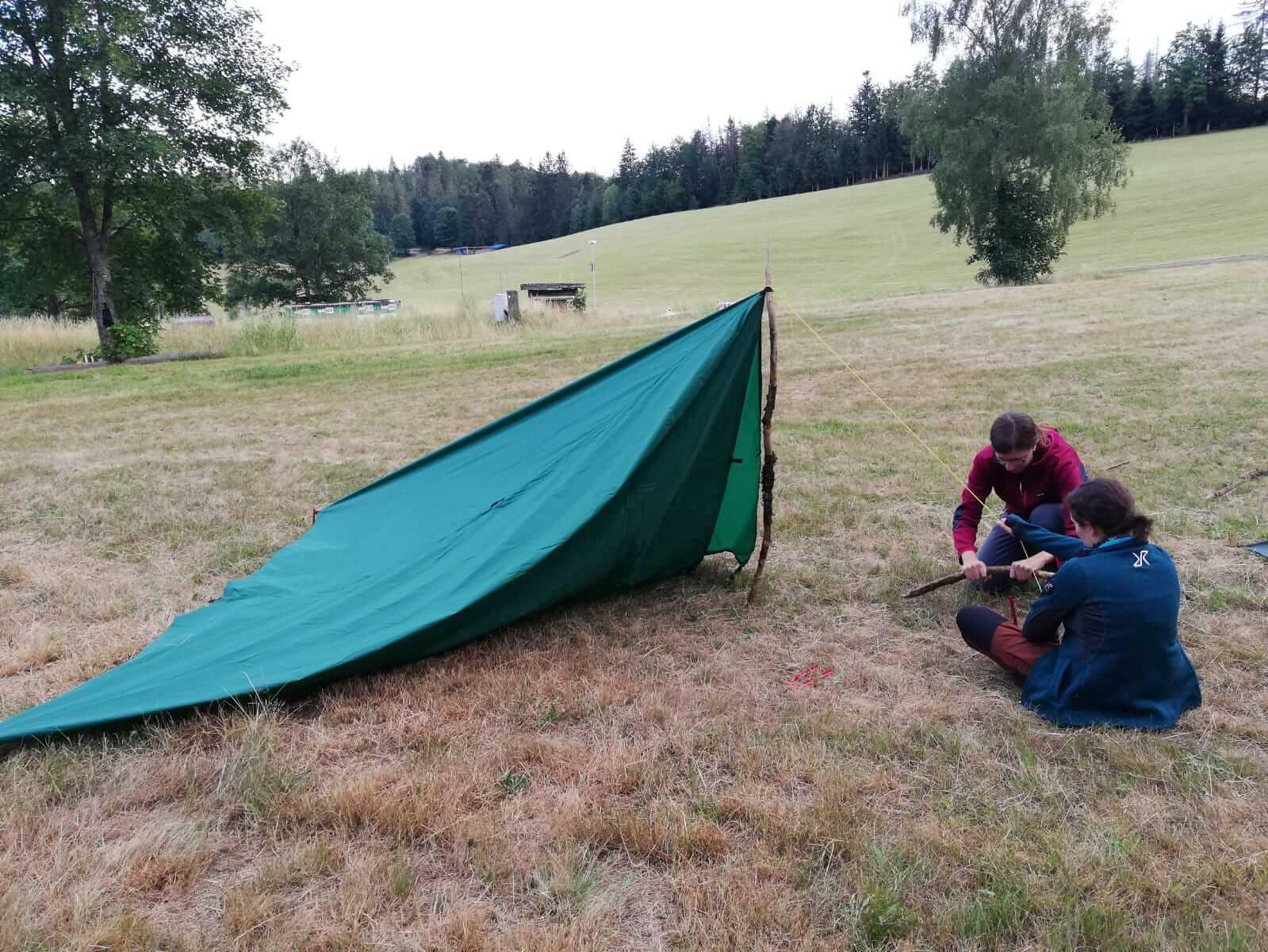 Aufbau eines Tarps zur Übernachtung auf dem Trekkingplatz