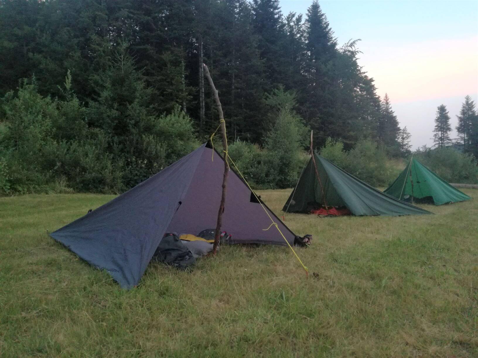 Tarps auf Trekkingplatz bei der Trekkingtour im Schwarzwald